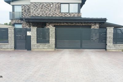 Staket av betong och moderna staketstolpar